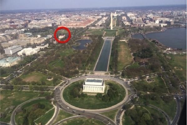 <p>El círculo rojo muestra el lugar donde se ubica la escultura.</p>