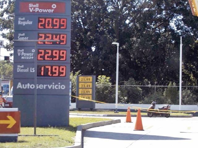 Los precios en las gasolineras del país ya evidenciaron el primer ajuste. (Foto Prensa Libre: Carlos Ovalle)
