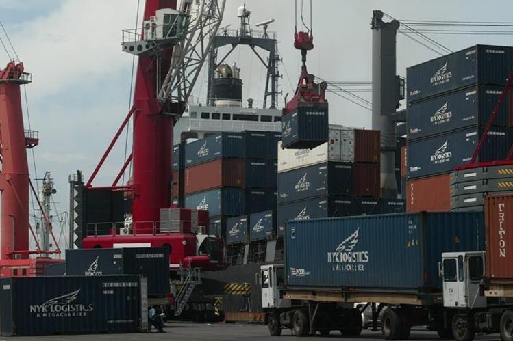 Operaciones de carga y descarga de contenedores en la portuaria Quetzal. (Foto: Hemeroteca PL)