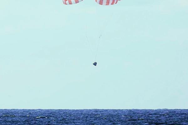 La Cápsula Dragon de SpaceX vuelve a Tierra con una zambullida en el océano (Foto Prensa Libre:AP).