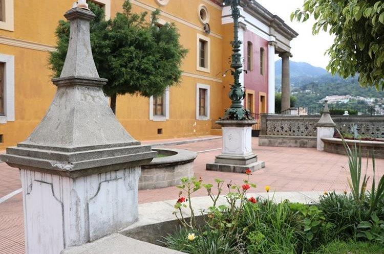 Parte del área verde del Teatro Municipal de Xelajú, en cuya revitalización se involucra a niños y adultos. (Foto Prensa Libre: María José Longo)
