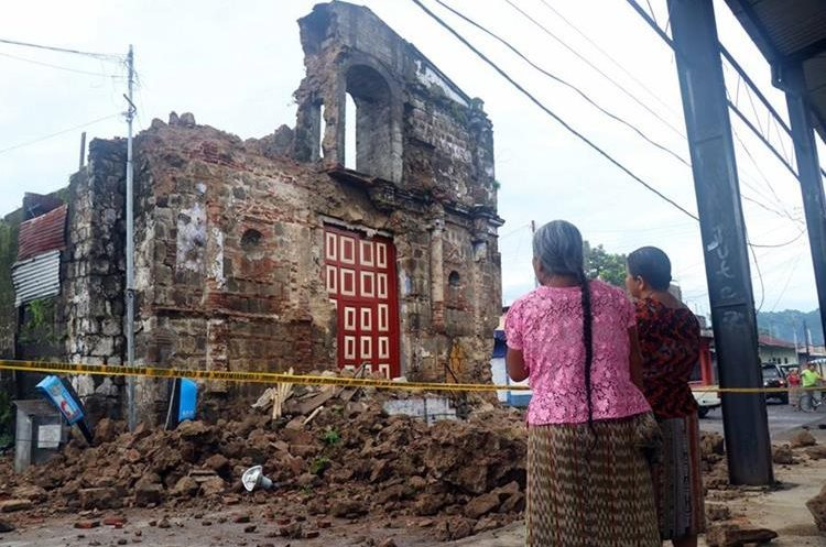 La iglesia Santa Lucía, en San Sebastián, Retalhuleu colapsó a causa del sismo del 14 de junio. (Foto Prensa Libre: Rolando Miranda)