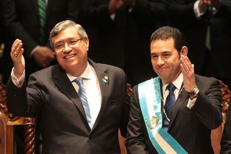 Jafeth Cabrera y Jimmy Morales saludan en el acto de toma de posesión. (Foto Prensa Libre: Hemeroteca PL)