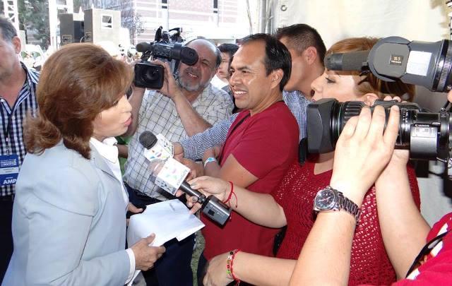 Carlos Adolfo García toma las declaraciones de Angélica María, actriz y cantante mexicana.(Foto Prensa Libre: cortesía Carlos García)