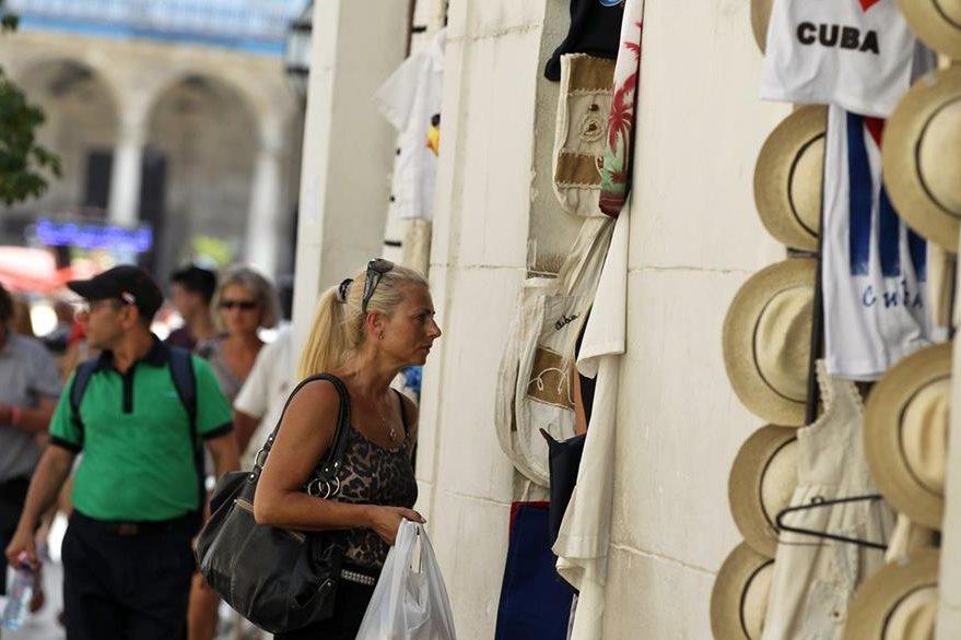 Una turista compra artesanías en La Habana. (Foto Prensa Libre: EFE).