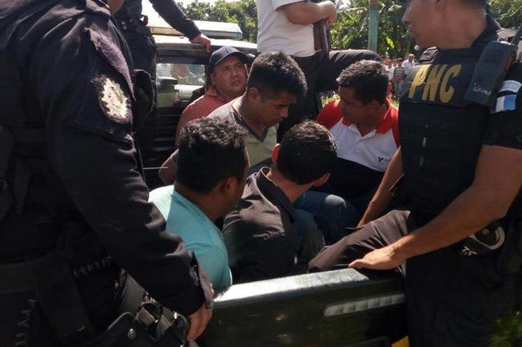 Los siete hombres capturados fueron interceptados cuando viajaban en una camioneta agrícola, en Santa Lucía Cotzumalguapa, Escuintla. (Foto Prensa Libre: PNC)