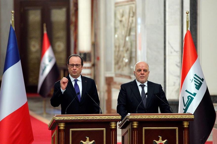 La ola de atentado se produjo el mismo día de la visita del presidente francés a Irak, Francois Hollande (i) quien prometió que en semanas el EI será vencido. En la fotografía con el primer ministro iraquí Haider al-Abadi. (Foto Prensa Libre: AFP).