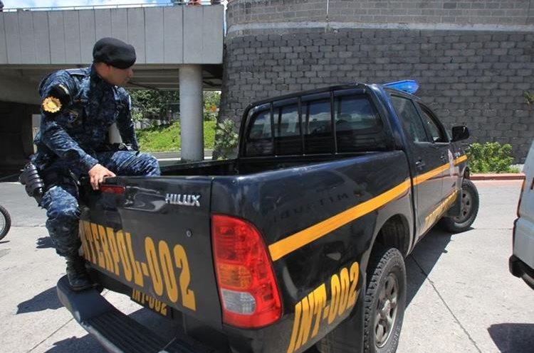 Agentes de la PNC esperaron la entrega del prófugo a las afueras del Aeropuerto Internacional La Aurora.
