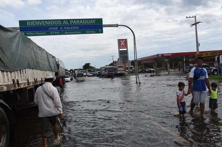 View of the flooded city of Falcon, 42 km west from Asuncion, in the Paraguay-Argentina border.  Flooding dampened Christmas eve celebrations in parts of Latin America on Thursday, leaving five people dead and driving almost 150,000 from their homes in Paraguay, Argentina and Uruguay.AFP PHOTO / NORBERTO DUARTE