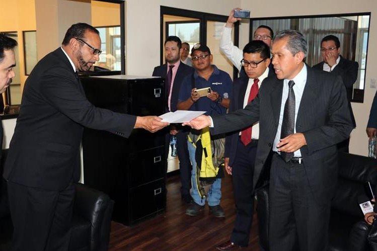 José Esponda (izquierda) entrega a Marco Zaso el nombramiento como registrador. (Foto Prensa Libre: Carlos Ventura)