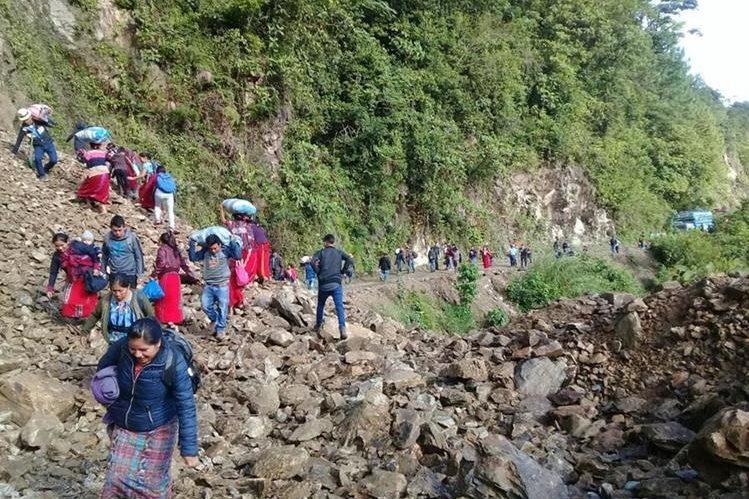 Decenas de vecinos de comunidades de Chajul, Quiché, son afectados por un derrumbe. (Foto Prensa Libre: Héctor Cordero)