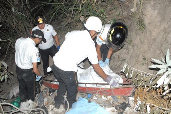 """<p>Bomberos Voluntarios sacan el cuerpo de un barrando en la aldea Agua Caliente. (Foto Prensa Libre: Hugo Oliva)<br _mce_bogus=""""1""""></p>"""