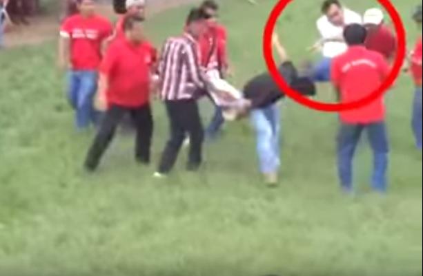 Imagen muestra la agresión que sufrió uno de los denunciantes.(Foto Prensa Libre: Tomada de YouTube)