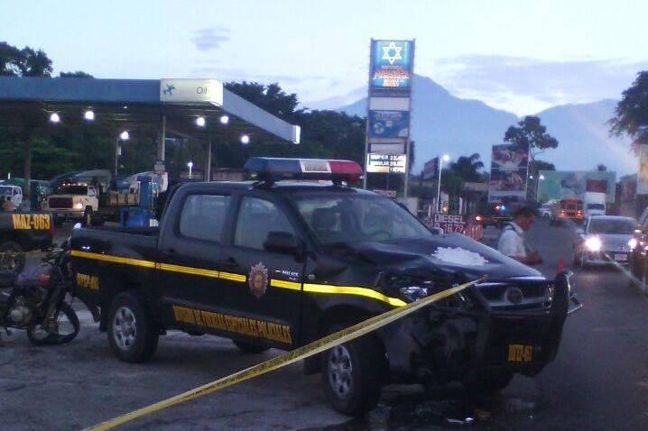 Autopatrulla queda dañada luego de accidente en el que murió un hombre. (Foto Prensa Libre: Melvin Jacinto Popá)