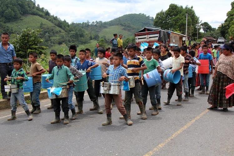 Niños de la escuela de Sejol, Carchá, marchan al ritmo de botes y latas, pues no han recibido instrumentos. (Foto Prensa Libre: Eduardo Sam)