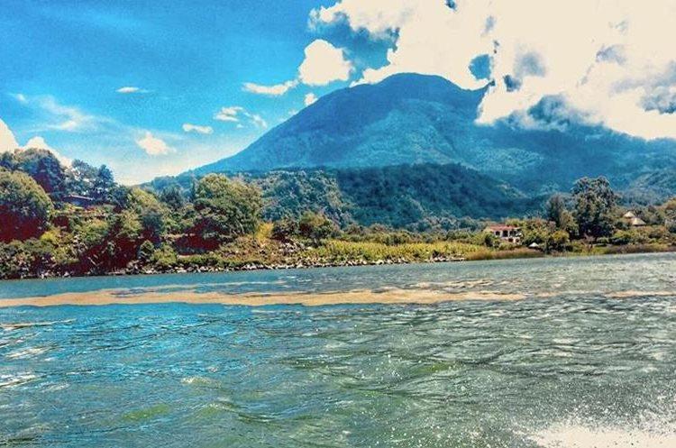 Consumir el agua del Lago de Atitlán es un riesgo para la salud, aseguran expertos. (Foto Prensa Libre: Cortesía Amigos del Lago)