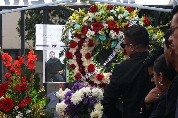 Varias ofrendas florales fueron llevadas al velatorio del auxiliar fiscal Gutiérrez