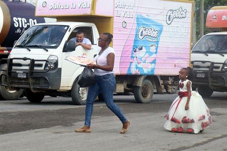 Niña camina con frustración porque no logró pasar el bloqueo que mantuvieron taxistas en Puerto Barrios, Izabal, lo que le impidió celebrar su cumpleaños en la escuela. (Foto Prensa Libre: Dony Stewart)