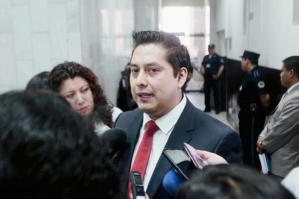 Mario Cano, abogado de Baldetti Elías, da declaraciones a la Prensa. (Foto Prensa Libre: Hugo Alvarado)