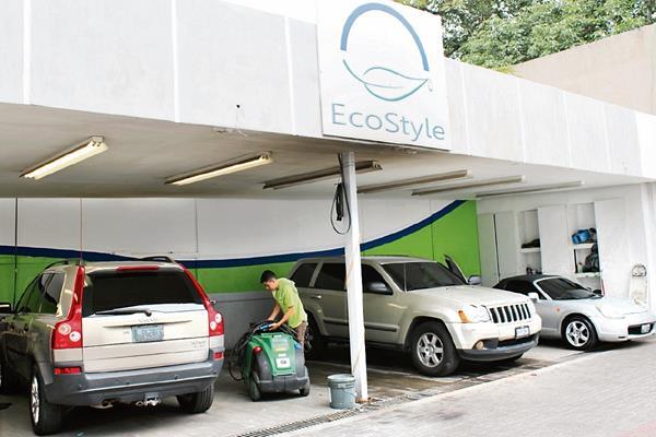 El servicio que ofrece Eco Style permite el ahorro de agua, ya que utiliza un galón para la limpieza de los vehículos.