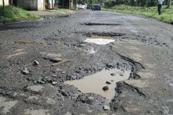En Quetzaltenango hay tramos carreteros que tiene agujeros de más de dos metros de largo. (Foto Prensa Libre: Hemeroteca PL)