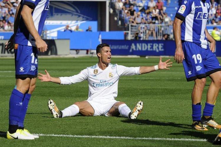 Cristiano Ronaldo reclama una falta frente al Alavés en Mendizorroza. (Foto Prensa Libre: AFP)