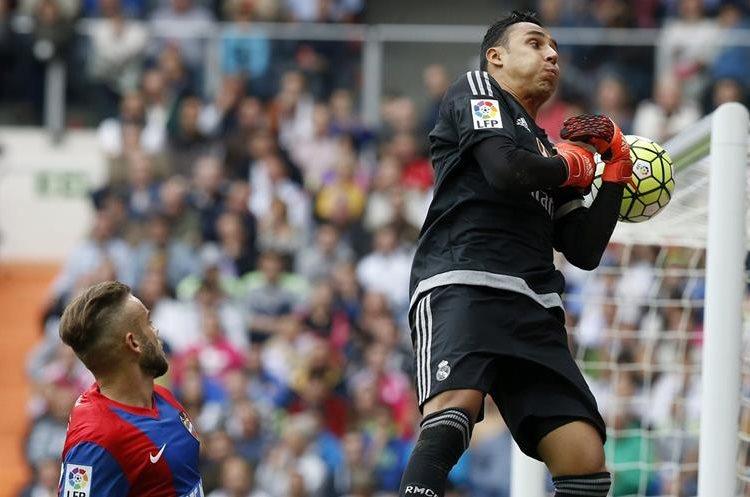 El portero costarricense del Real Madrid Keylor Navas  para el balón ante el delantero del Levante Roger Martí Salvador. (Foto Prensa Libre: EFE)