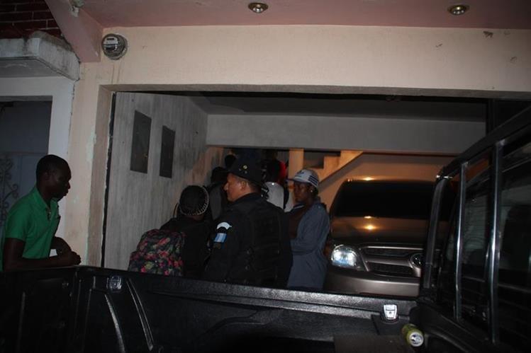 Algunos de los africanos que fueron interceptados por autoridades en Huehuetenango. (Foto Prensa Libre: Mike Castillo).