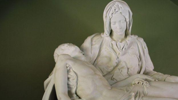 Aunque el hoy Santo Juan XXIII pidió destruir esta copia de La Piedad, los vecinos de Lampa la conservaron. PAUL PALAO