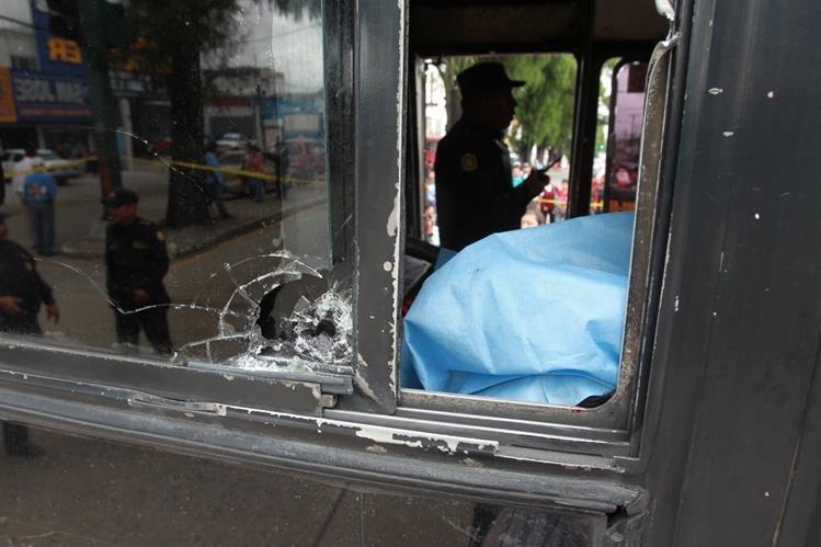 Los pilotos de buses son los más afectados por las extorsiones. (Foto Prensa Libre: Hemeroteca PL)
