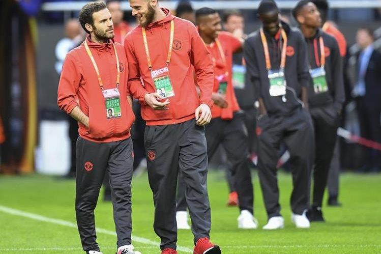 Juan Mata junto al portero David De Gea en el estadio Friends Arena ayer a su llegada a Estocolmo. (Foto Prensa Libre: EFE)