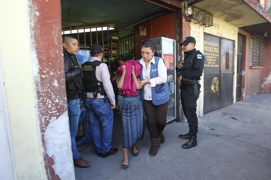 La PGN rescató, hace unos días, a varias menores víctimas de explotación laboral, en la 16 av. y 10a. calle, zona 1. (Foto Prensa Libre: Hemeroteca PL)