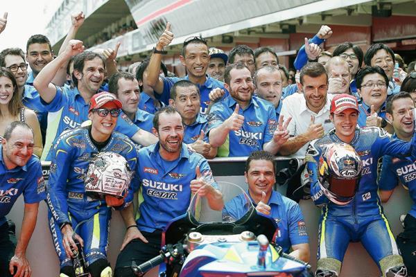 El español celebró con su equipo la pole de este sábado. (Foto Prensa Libre: EFE)