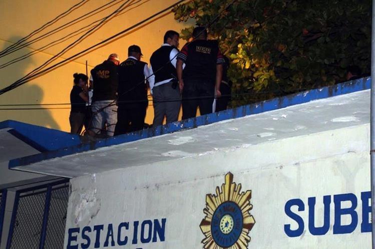 Peritos del MP recaban evidencias en subestación de la PNC en Gualán, Zacapa, donde fue hallado el cadáver de un agente policial. (Foto Prensa Libre: Julio Vargas)