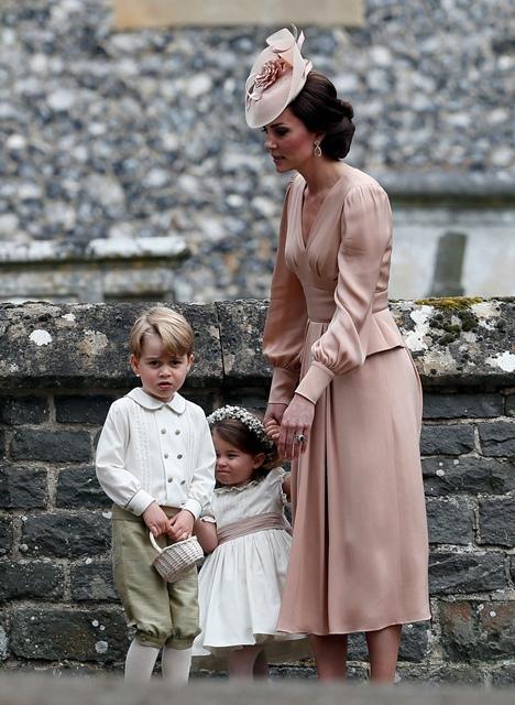 Kate Middleton, duquesa de Cambridge, con sus hijos. (Foto Prensa Libre: AP).