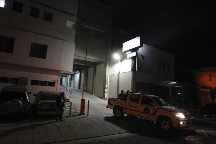 Agentes de la Policía Nacional Civil (PNC) salen del Hospital de la Mujer a donde fue trasladado de urgencia el expresidente salvadoreño Francisco Flores, en San Salvador, El Salvadior.