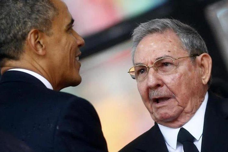 Barack Obama (de espaldas) y Raúl Castro (derecha), sostuvieron su último encuentro en Panamá a inicios de año, durante la Cumbre de las Américas. (Foto Prensa Libre: Hemeroteca PL).