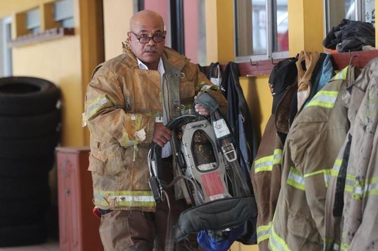 Raúl Martínez señaló que en un incendio forestal se enfrentan a lo escabroso del terreno, difícil acceso y lo empinado del lugar. (Foto Prensa Libre: Érick Ávila)