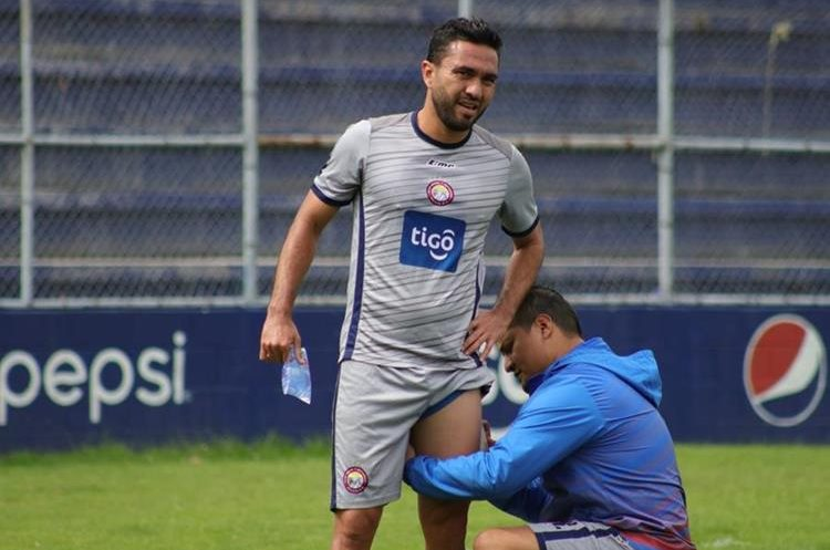 El goleador azteca ha tendido doble y triple turno de terapia para lograr una mejor recuperación de la ruptura muscular del muslo. (Foto Prensa Libre: Raúl Juárez)