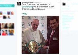 Esta es la publicación en el twitter de World Boxing Council, donde se muestra el momento donde el Papa Francisco recibe el cinturón. (Foto Prensa Libre: Twitter)