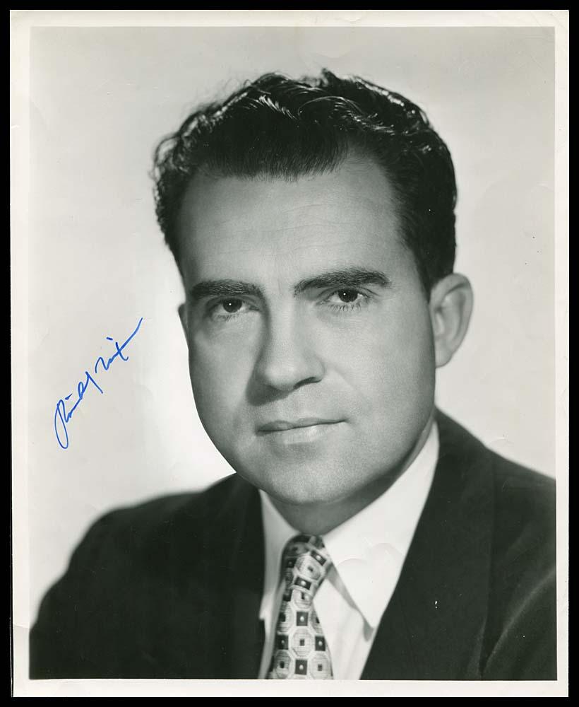 Richard Nixon en la década de 1950. Inserto, su firma. (Foto: Internet)