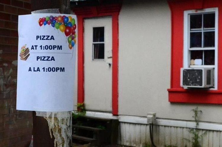 En el Jefferson Trailer Park, los voluntarios regalan pizzas a los residentes, uno de los pocos momentos en que se reúnen.