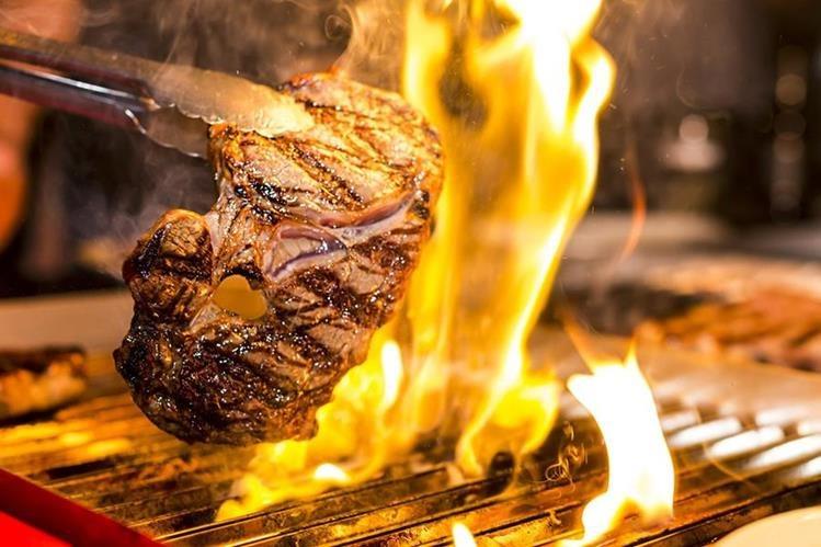 El asado, en gran parte de Latinoamérica, es una tradición que suele reunir a la familia y amigos al rededor de la parrilla. (Foto Prensa Libre: Servicios)