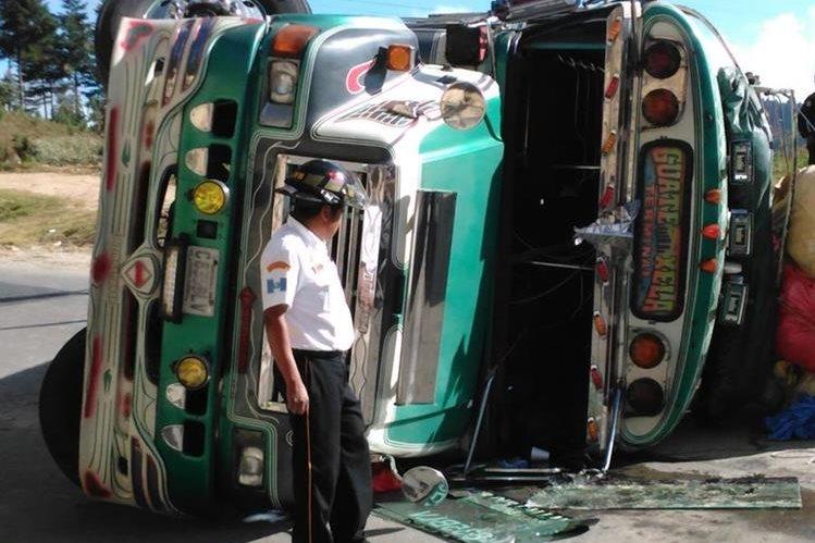 El accidente del bus se produjo en el kilómetro 99 de la Ruta Interamericana. (Foto, Prensa Libre: Twitter de Bomberos Voluntarios)
