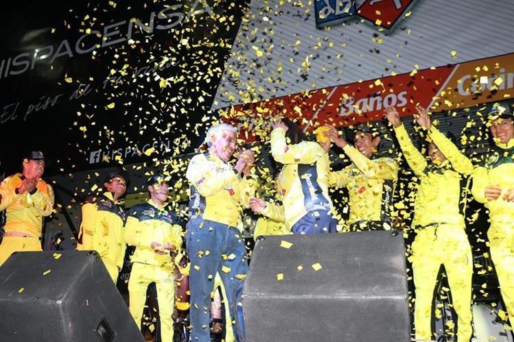 El club Decorabaños celebró su segundo triunfo consecutivo en la Vuelta a Guatemala. (Foto Prensa Libre: Raúl Juárez)