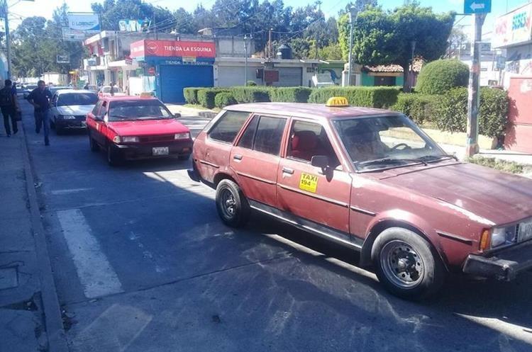 Caravana ha provocado largas filas vehiculares en la cabecera departamental de Huehuetenango. (Foto Prensa Libre: Mike Castillo)