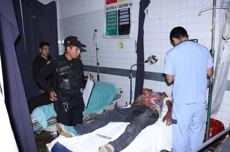 Uno de los heridos es atendido en el Hospital Nacional de Chimaltenango. (Foto Prensa Libre:)