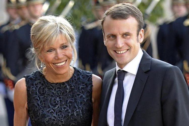 Candidato francés centrista Emmanuel Macron, acompañado de su esposa, Brigitte. (Foto Prensa Libre:AFP)