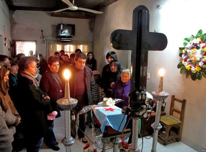 Una familia en Tucumán, Argentina, despide a un familiar que fue restituido después del trabajo del EAAF. EAAF