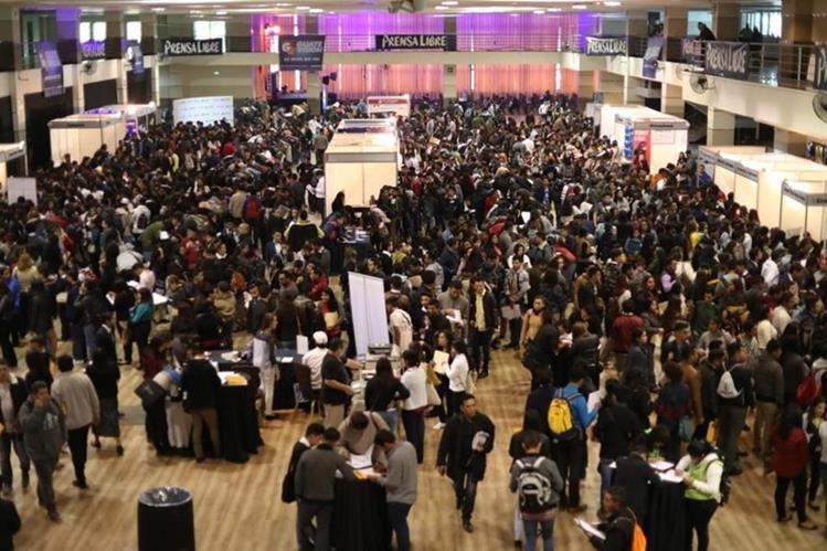 Durante los dos días que durará la Clasiferia del Empleo se espera la asistencia de más de 15 mil personas. (Foto Prensa Libre: Esbin García)